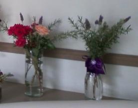vasos com lavanda e rosas