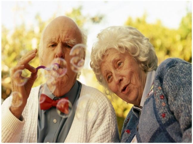 casal-de-idosos-brincando